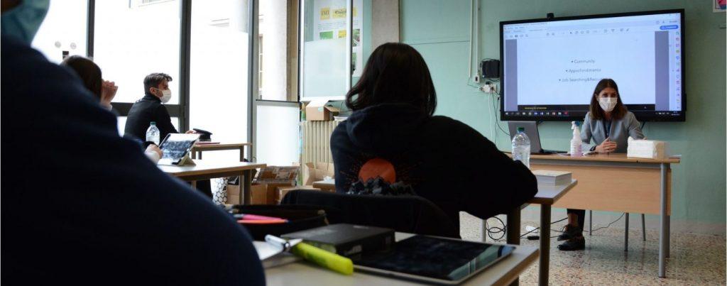 immagine studenti a scuola con automha per imparare le potenzialità dei social per entrare nel mondo del lavoro